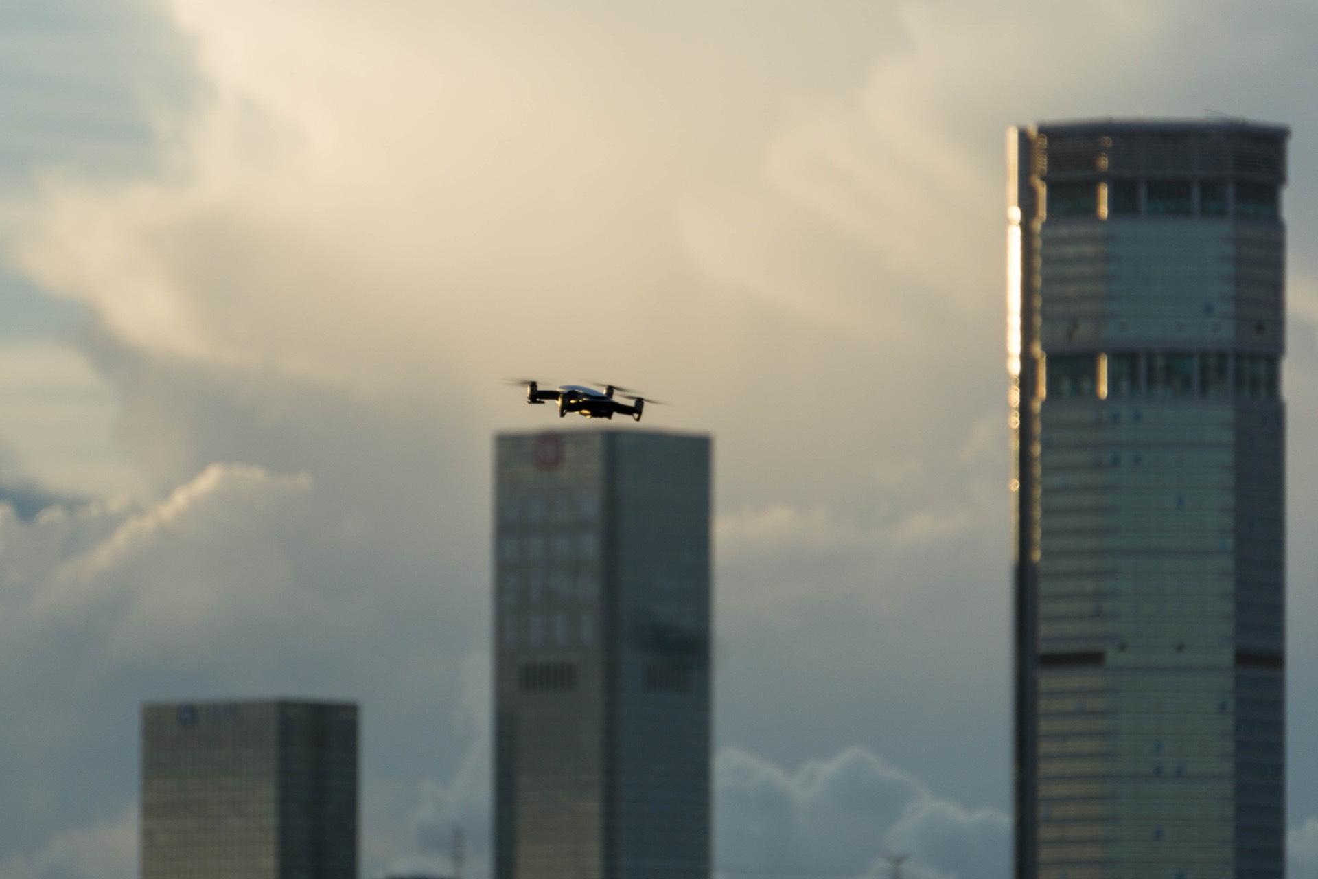 无人机和赛格大厦(已经拆掉了楼顶的铁塔)