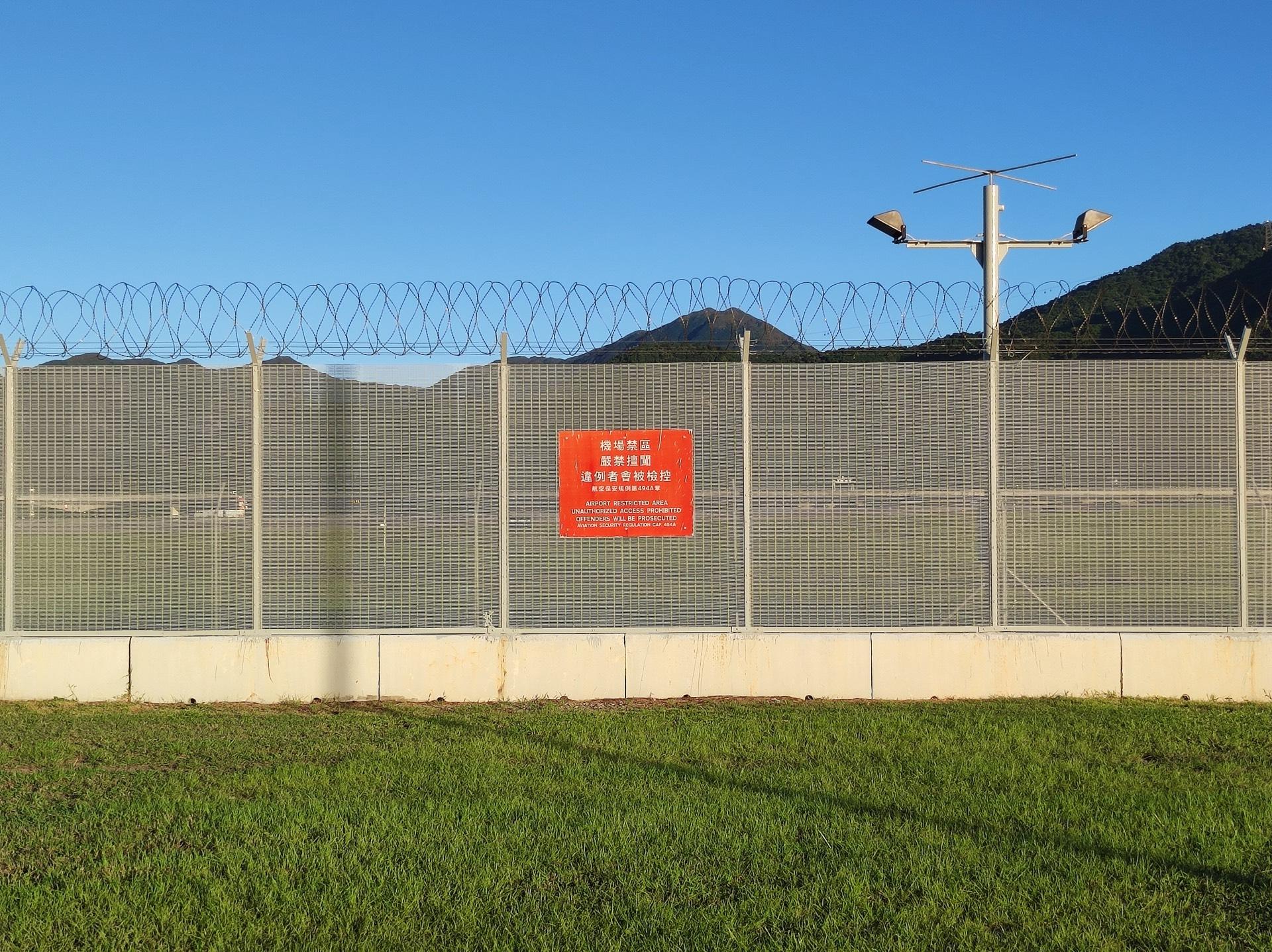 「机场禁区,严禁擅闯,违者会被检控」