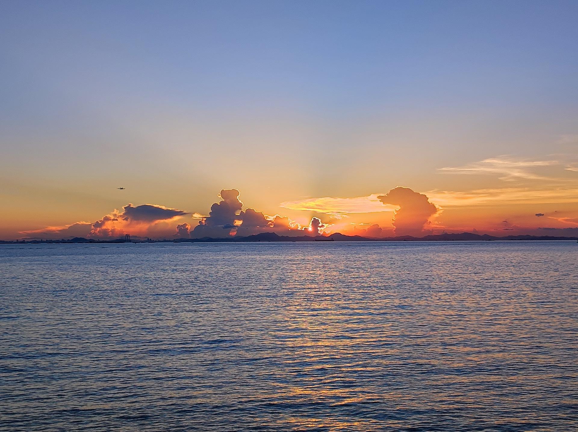 日落,远处是珠海中山一带,能隐约看见一段港珠澳大桥